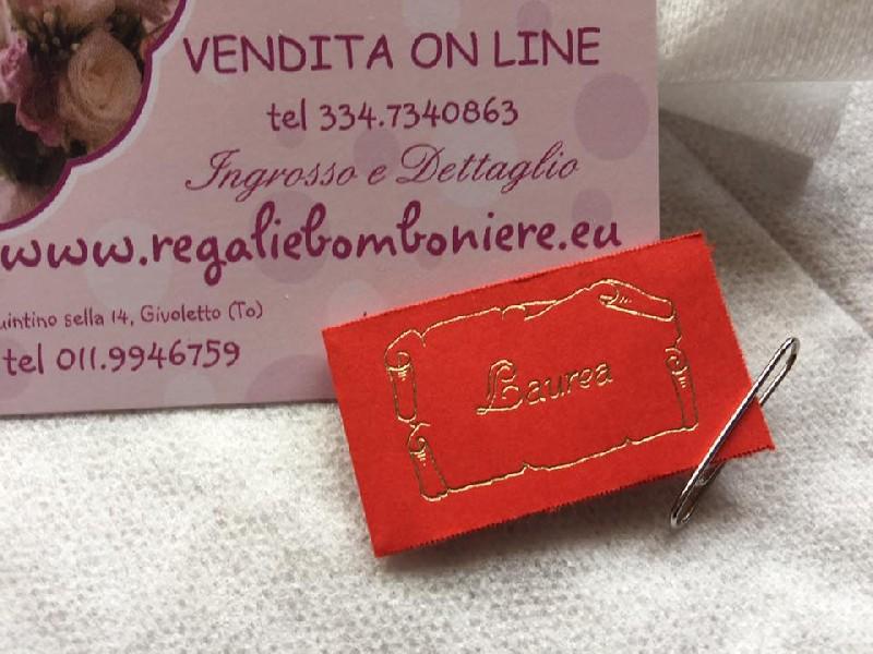 Regali e Bomboniere - Prodotti - Bomboniere Laurea - LAUREA SCRITTA ORO  CARTONCINO ROSSO BIGLIETTINO BOMBONIERA 668302842394